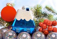 Los juguetes y las ramas nevadas del Año Nuevo. Todavía de la Navidad vida Imágenes de archivo libres de regalías
