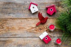 Los juguetes y las velas del pájaro para la celebración del Año Nuevo con las ramas de árbol de la piel en fondo de madera remata Fotos de archivo libres de regalías