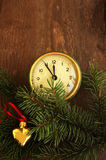 Los juguetes y las viejas horas del Año Nuevo en un fondo de madera Fotos de archivo libres de regalías