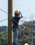 Los jóvenes liberan al escalador Fotos de archivo