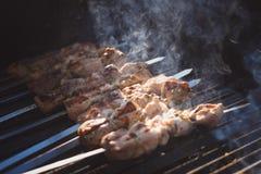 Los köstlicher Kebab auf dem Grill mit Rauche Lizenzfreie Stockfotografie