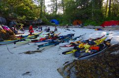 Los kajaks levantaron en una playa de la cáscara después de batir del ` s del día foto de archivo libre de regalías