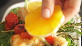 Los kebabs del pollo sirvieron con la cereza y el verdor del tomate metrajes