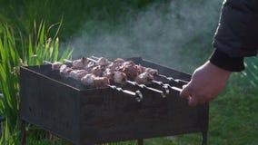 Los kebabs deliciosos se cocinan en la parrilla en la cámara lenta metrajes