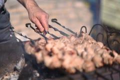 Los kebabs se cocinan al aire libre Foto de archivo