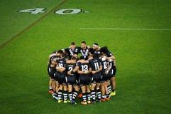 Los kiwis del equipo del rugbi de Nueva Zelanda circundaron adentro en un campo Imágenes de archivo libres de regalías