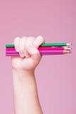 Los lápices agrupan en una mano fotos de archivo libres de regalías