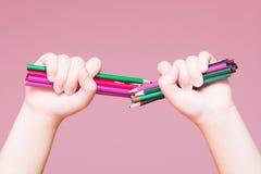 Los lápices agrupan en una mano fotografía de archivo libre de regalías