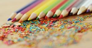 Los lápices coloreados arreglaron en línea diagonal con las virutas del lápiz almacen de metraje de vídeo