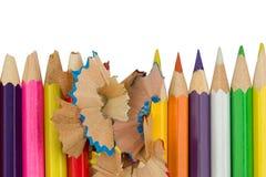 Los lápices coloreados con las virutas se están colocando en fila Fotos de archivo libres de regalías
