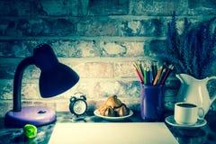 Los lápices coloreados en una taza, florero de lavanda florecen, registran, el Libro Blanco Imagen de archivo libre de regalías