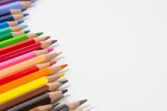 Los lápices colorean en el fondo blanco, grupo del color de los lápices Foto de archivo libre de regalías
