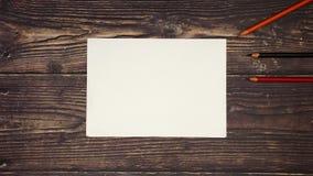 Los lápices coloridos alrededor del Libro Blanco en fondo de madera - pare el movimiento almacen de video