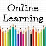Los lápices de aprendizaje en línea representan el sitio web y a niños Foto de archivo
