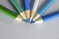 Los lápices del color adentro arreglan en rueda de color imagen de archivo