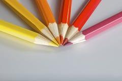 Los lápices del color adentro arreglan en rueda de color fotos de archivo libres de regalías