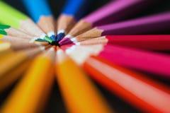 Los lápices del color adentro arreglan en rueda de color Surtido de lápices coloreados Fotografía de archivo