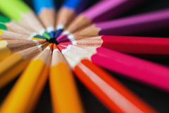Los lápices del color adentro arreglan en rueda de color Surtido de lápices coloreados Imágenes de archivo libres de regalías