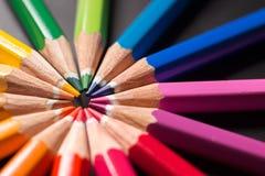 Los lápices del color adentro arreglan en rueda de color Surtido de lápices coloreados Fotos de archivo