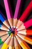 Los lápices del color adentro arreglan en rueda de color Surtido de lápices coloreados Fotos de archivo libres de regalías