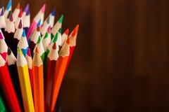 Los lápices del color en el cierre de madera del fondo para arriba, color dibujaron a lápiz textura del fondo Fotos de archivo