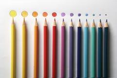 Los lápices del color se cierran para arriba con el punto Foto de archivo libre de regalías