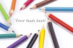 Los lápices en colores pastel en 12 colores se centran en los textos Imágenes de archivo libres de regalías