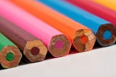 Los lápices pila de discos en una fila con la parte trasera Imagenes de archivo