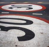 Los límites no conducen los coches de la velocidad 30 kilómetros por o pintado las horas Fotos de archivo libres de regalías
