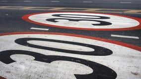 Los límites no conducen los coches de la velocidad símbolo de 30 kilómetros pintado en el stree Foto de archivo