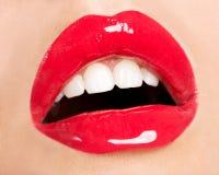 Los labios de la mujer con el lápiz labial rojo Foto de archivo