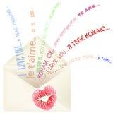 Los labios imprimen en el sobre con te amo el mensaje multilingüe Fotos de archivo libres de regalías