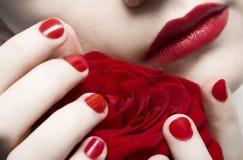 Los labios rojos, clavos y se levantaron Fotos de archivo libres de regalías
