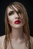 Los labios rojos mojaron belleza del maquillaje de las mujeres del pelo Fotografía de archivo libre de regalías