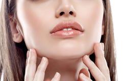Los labios sospechan hermoso joven feliz de la peca de la mujer de la barbilla con la piel sana Imágenes de archivo libres de regalías
