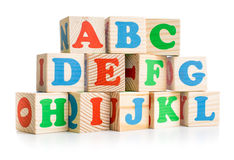 Los ladrillos de madera del alfabeto se elevan o emparedan aislado encendido Imagenes de archivo