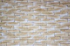 Los ladrillos delgados marrones de la pendiente acodaron en la pared Foto de archivo libre de regalías