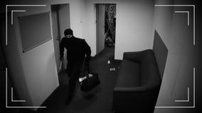 Los ladrones enmascarados que se fugan con piden del dinero, tiroteo en cámara de vigilancia almacen de metraje de vídeo