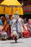 Los lamas budistas tibetanos en las máscaras místicas realizan una danza ritual de Tsam Monasterio de Hemis, Ladakh, la India Imagenes de archivo