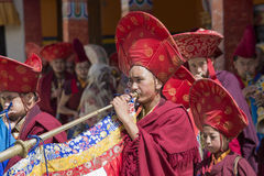 Los lamas budistas tibetanos realizan una danza ritual en el monasterio de Lamayuru, Ladakh, la India imagenes de archivo