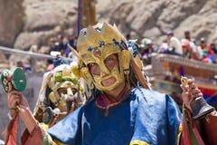 Los lamas tibetanos se vistieron en el misterio místico de Tsam de la danza de la máscara a tiempo del festival budista en Hemis  fotos de archivo
