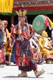Los lamas tibetanos se vistieron en el misterio místico de Tsam de la danza de la máscara a tiempo del festival budista en Hemis  fotografía de archivo libre de regalías