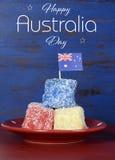 Los lamingtons rojos, blancos y azules del día de Australia con la muestra mandan un SMS Imagenes de archivo
