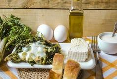 Los lanzamientos de la hierba comestible de la primavera con los huevos y el queso de las ovejas Imagen de archivo libre de regalías