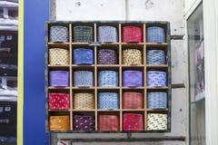 Los lazos multicolores con un modelo se venden en el boutique Imagen de archivo libre de regalías