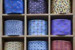 Los lazos multicolores con un modelo se venden en el boutique Fotos de archivo libres de regalías