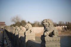 Los leones de piedra en el puente de Lugou en el distrito de Fengtai, ciudad de Pekín Fotos de archivo