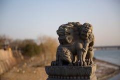 Los leones de piedra en el puente de Lugou en el distrito de Fengtai, ciudad de Pekín Fotos de archivo libres de regalías