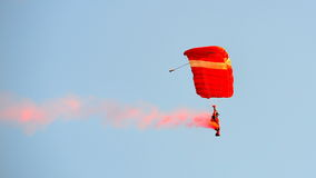 Los leones rojos que se lanzan en paracaídas durante NDP 2012 Fotos de archivo