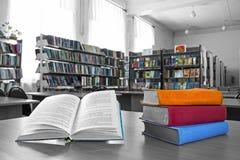 Los libros en la biblioteca Foto de archivo
